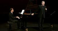 Tassis Christoyannis offre une soirée poético-musicale aux Bouffes du Nord