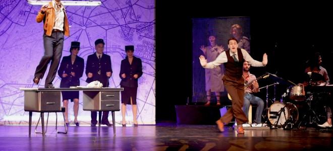 Azor, un spectacle de troupe mené à 100 à l'heure au Théâtre de l'Athénée