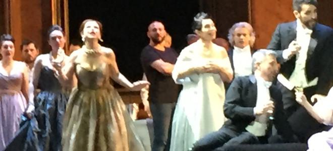 Des techniciens occupent le plateau pendant La Traviata à l'Opéra de Marseille