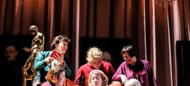 Le Testament de la tante Caroline, grinçant et festif au Théâtre de l'Athénée