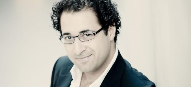 Leo Hussain : « La musique contemporaine doit figurer au répertoire, au même titre que Brahms ou Mozart »