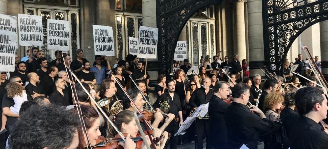 Impromptu musical et syndical sur le perron du Teatro Colón