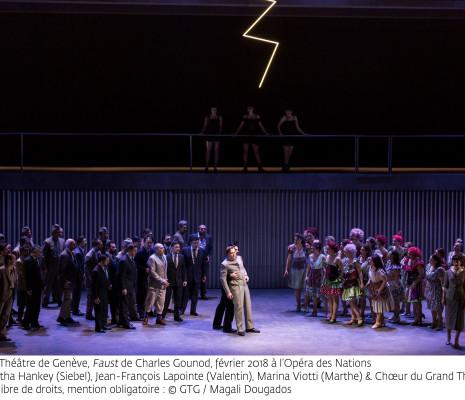 Samantha Hankey (Siebel), Jean-François Lapointe (Valentin), Marina Viotti (Marthe) et le Chœur du Grand Théâtre de Genève - Faust par Georges Lavaudant