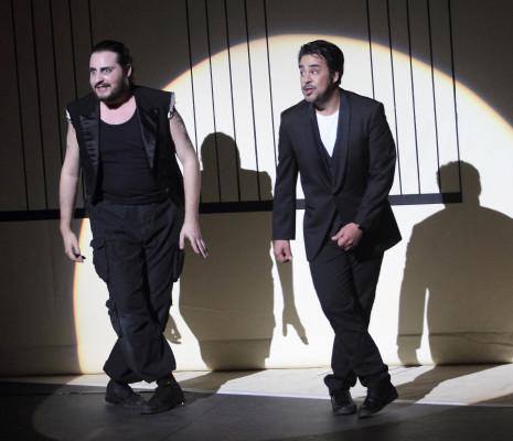 Florian Sempey (Figaro) et Philippe Talbot (Comte Almaviva) - Le Barbier de Séville par Laurent Pelly