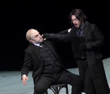 Pablo Ruiz (Bartolo) et Mirco Palazzi (Basilio) - Le Barbier de Séville par Laurent Pelly
