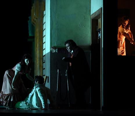 Simona Mihai (Nedda), Tansel Akzeybek (Peppe), Carlo Ventre (Canio) - Paillasse par Damiano Michieletto