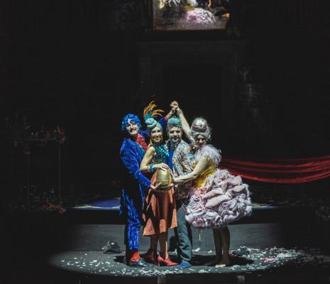 Patrizio La Placa, Francesca Benitez, Matteo Mezzaro et Marina Ogii - Un mari à la porte par Luigi de Gangi et Ugo Giacomazzi