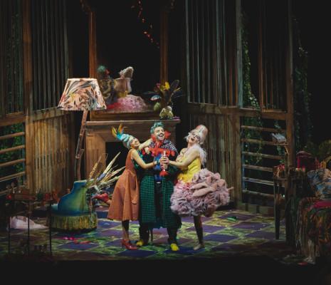 Francesca Benitez, Matteo Mezzaro et Marina Ogii - Un mari à la porte par Luigi de Gangi et Ugo Giacomazzi