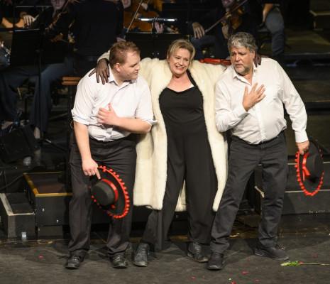 Pati Helen-Kent, Kriztian Egyed et Leandro Lopez dans Candide