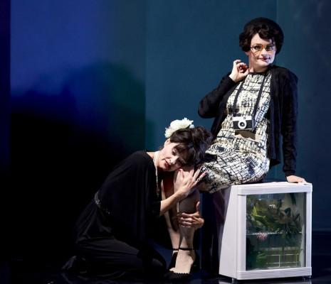 Sophie Marilley & Alison Scherzer - Powder Her Face par Julien Chavaz