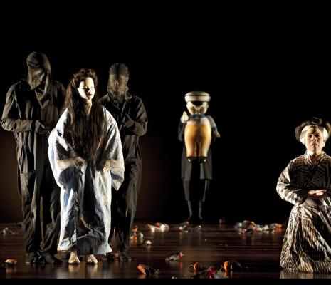 Qiulin Zhang et Amanda Echalaz dans Madame Butterfly