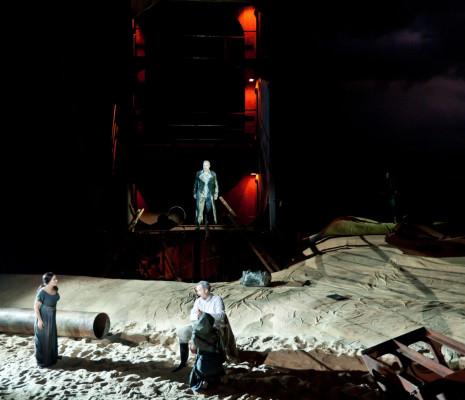Elisabet Strid, Patrick Bolleire et Simon Neal dans Le Vaisseau fantôme par Alex Ollé et La Fura dels Baus