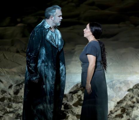 Simon Neal et Elisabet Strid dans Le Vaisseau fantôme par Alex Ollé et La Fura dels Baus