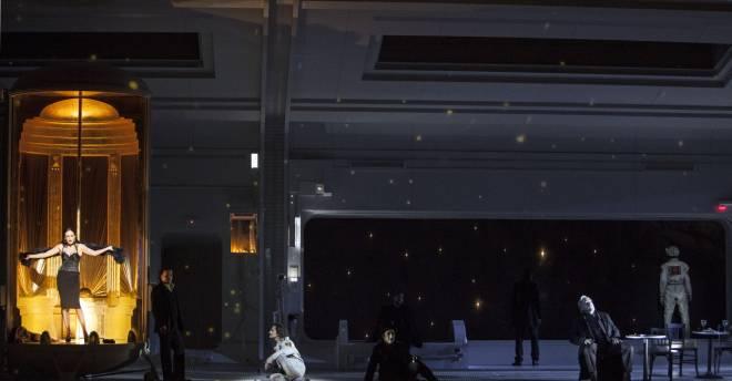 Aida Garifullina (Musetta), Artur Rucinski (Marcello), Roberto Tagliavini (Colline) et Marc Labonnette (Alcindoro) - La Bohème par Claus Guth