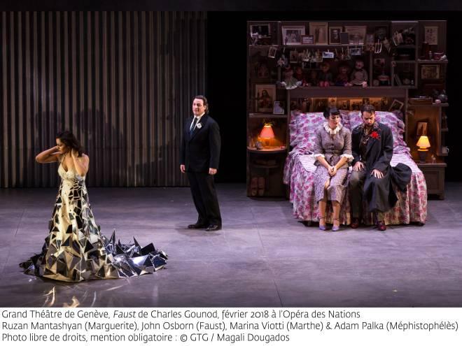 Ruzan Mantashyan (Marguerite), John Osborn (Faust), Marina Viotti (Marthe) et Adam Palka (Méphistophélès) - Faust par Georges Lavaudant