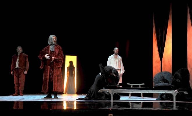 Alain Buet (Golaud), Renaud Delaigue (Arkel), Sabine Devieilhe (Mélisande) et Geoffroy Buffière (un Médecin) - Pelléas et Mélisande par Christian Schiaretti