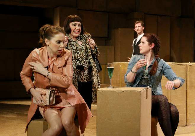 Kate Batter, Beverley Klein et Olivia Brereton - The Beggar's Opera par Robert Carsen