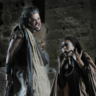 Quinn Kelsey et Elena O'Connor dans Aida