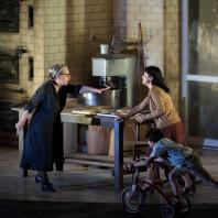 Elena Zilio (Lucia), Alex Penda (Santuzza) - Cavalleria Rusticana par Damiano Michieletto