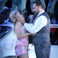 Carmen par Calixto Bieito - Ildar Abdrazakov (Ecamillo) et Vannina Santoni (Frasquita)