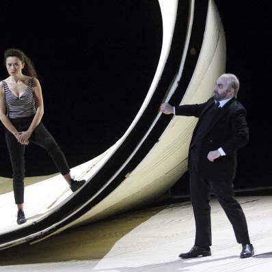 Stéphanie d'Oustrac (Rosine) et Pablo Ruiz (Bartolo) - Le Barbier de Séville par Laurent Pelly