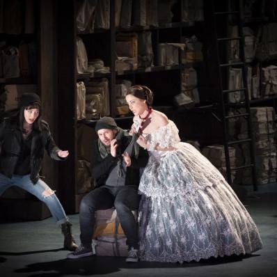 Pauline Texier, Stefan Sbonnik et Fleur Barron dans Barkouf