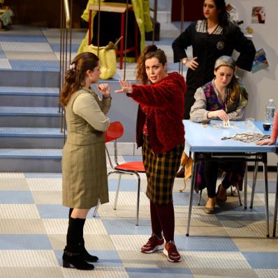Daniela Cappiello (Sophie) Sofia Pavone (Arielle), Erika Baretti (Sabine), Loriana Castellano (Mahtab) et Ariana Vendittelli (Zoelie) - 7 Minuti