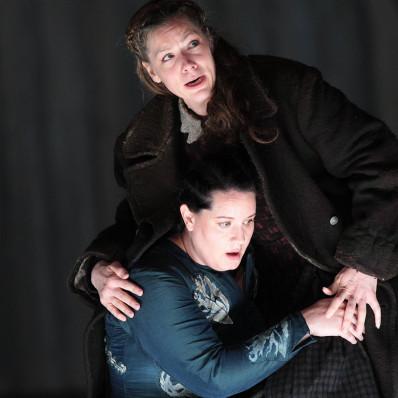 Van den Heever et Holloway dans Norma