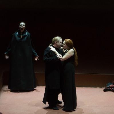 Eve-Maud Hubeaux, Daniel Kirch et Ann Petersen dans Tristan et Isolde par Heiner Müller