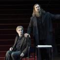 Dmitry Golovnin (Grigori Otrepiev) et Ain Anger (Pimen) - Boris Godounov par Ivo van Hove