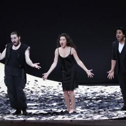 Florian Sempey (Figaro), Stéphanie d'Oustrac (Rosine) et Philippe Talbot (Almaviva) - Le Barbier de Séville par Laurent Pelly