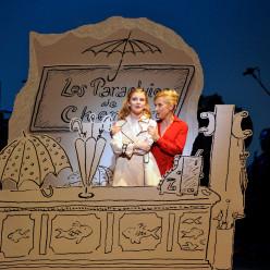 Marie Oppert (Geneviève) Natalie Dessay (madame Emery) dans Les Parapluies de Cherbourg.